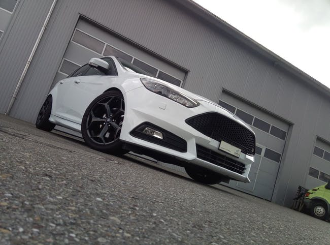 saloon Ford Focus 2.0 SCTi ST3