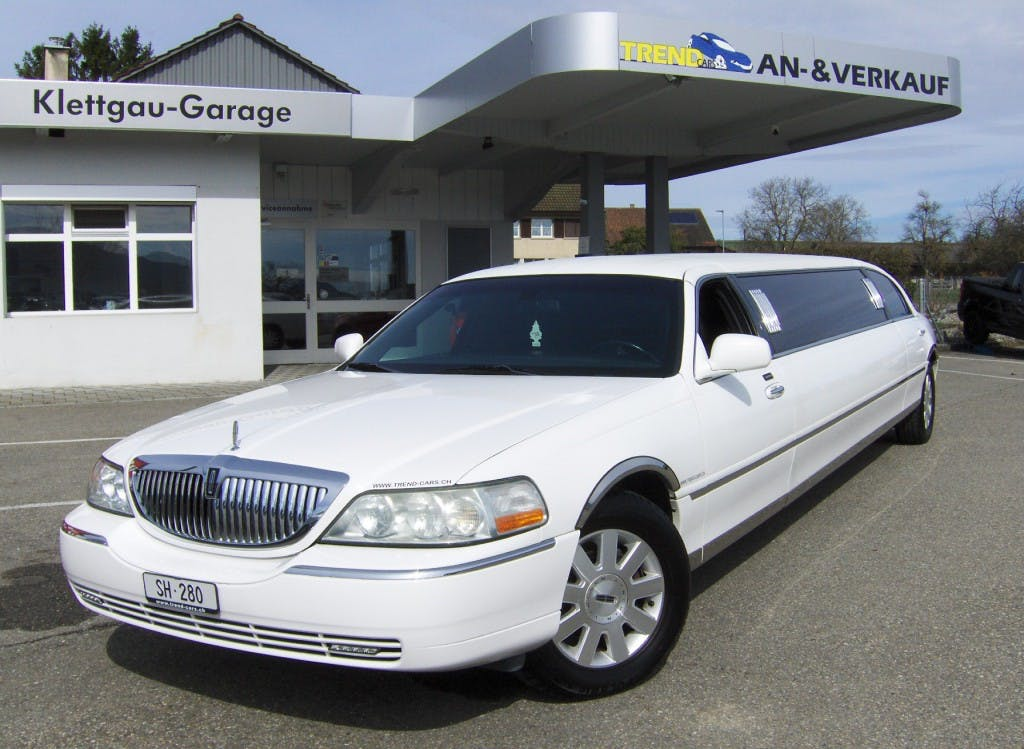 saloon Lincoln Town Car 120 Inch Stretchlimo 9 Plätzer Stretchlimousine