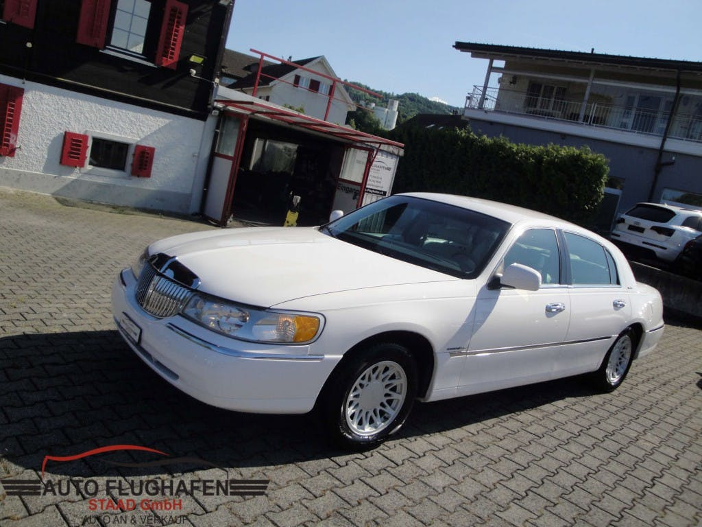 saloon Lincoln Town Car Town Car