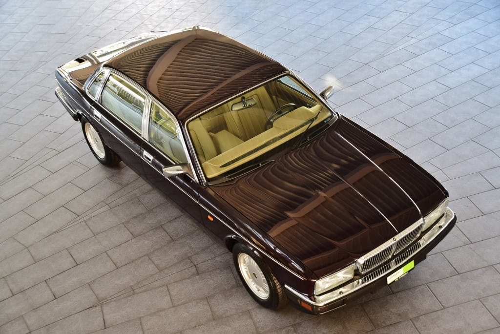 saloon Daimler Double Six 6.0 Majestic